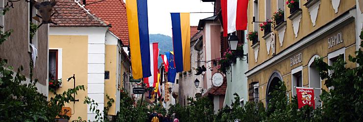 Festlich geschmückte Altstadt von Dürnstein